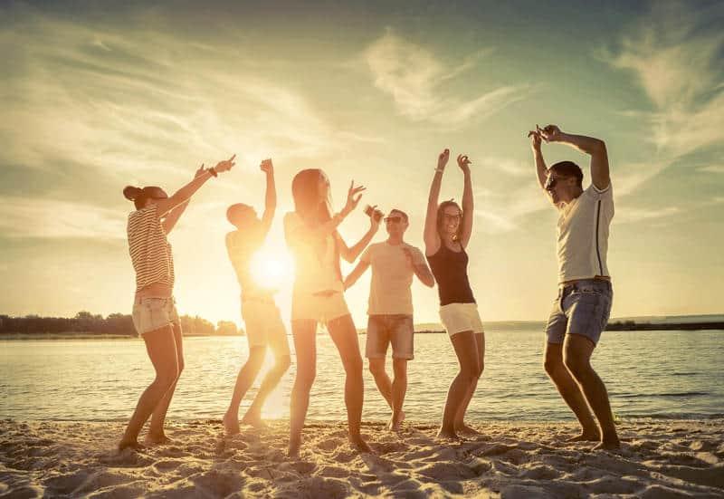Giovani in spiaggia