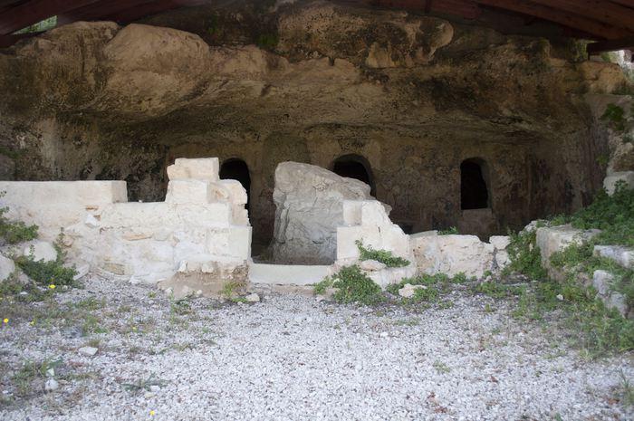 La grotta delle navi e la Grotta di Sant'Angelo, nella Valle dell'Idro