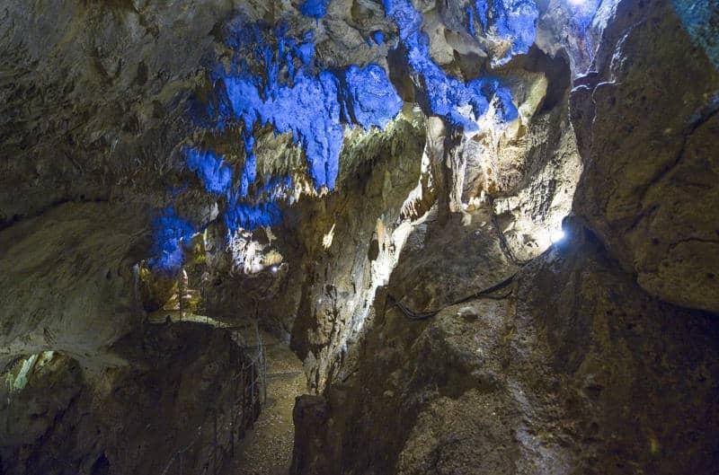 Una delle grotte più affascinanti del Salento: la grotta Zinzulusa a Castro