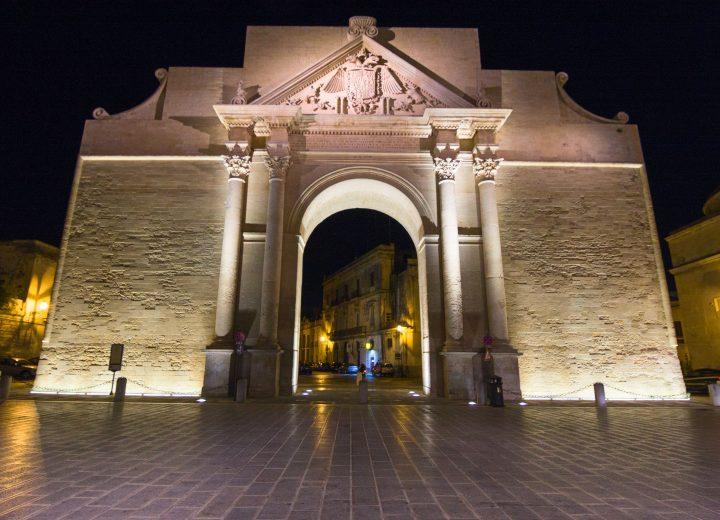 Il fascino di Porta Napoli nella città di Lecce